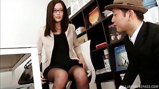 Beautiful Shitaishi Yuu takes a dick in her hands to ask pardon him lift